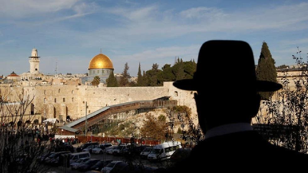حاخام إسرائيلي يحتجز عشرات النساء في