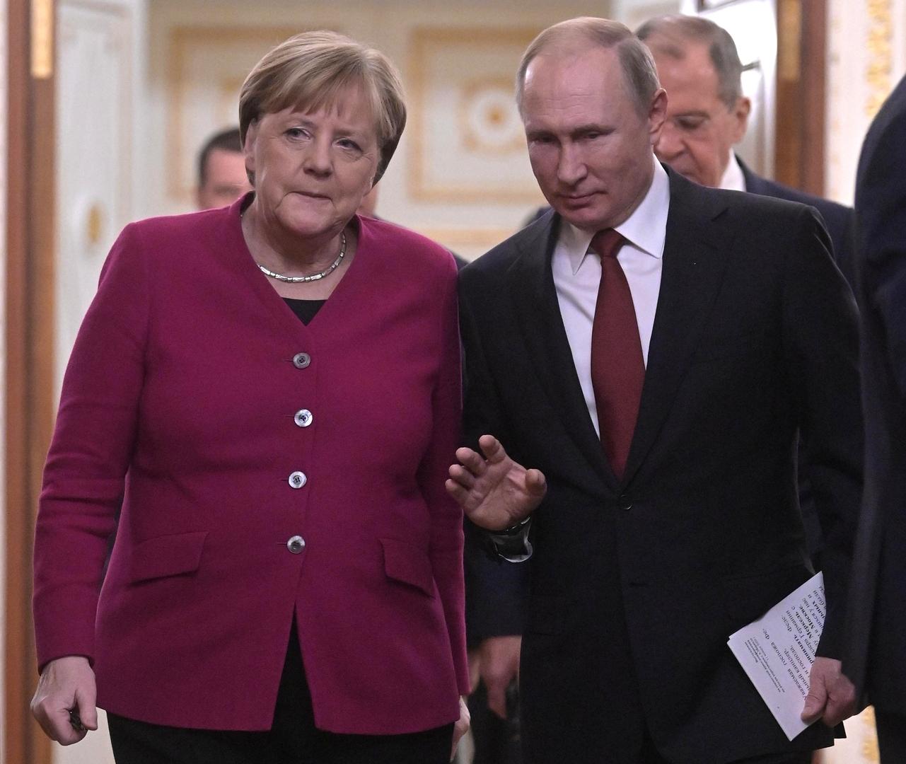 الكرملين: بوتين يطلع ميركل على سير مفاوضات موسكو حول ليبيا