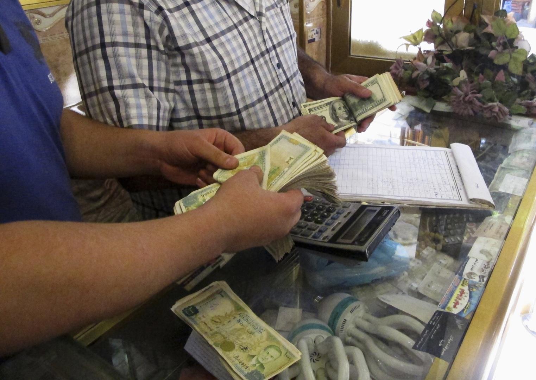 رجال أعمال ومصرفيون يتحدثون عن أسباب هبوط الليرة السورية
