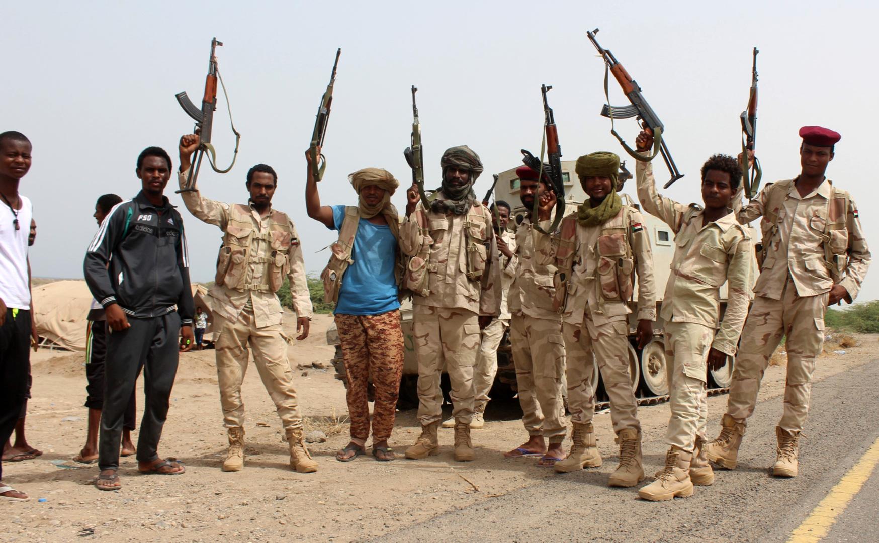 عناصر من الجيش السوداني مع مقاتلين من القوات اليمنية الحكومية