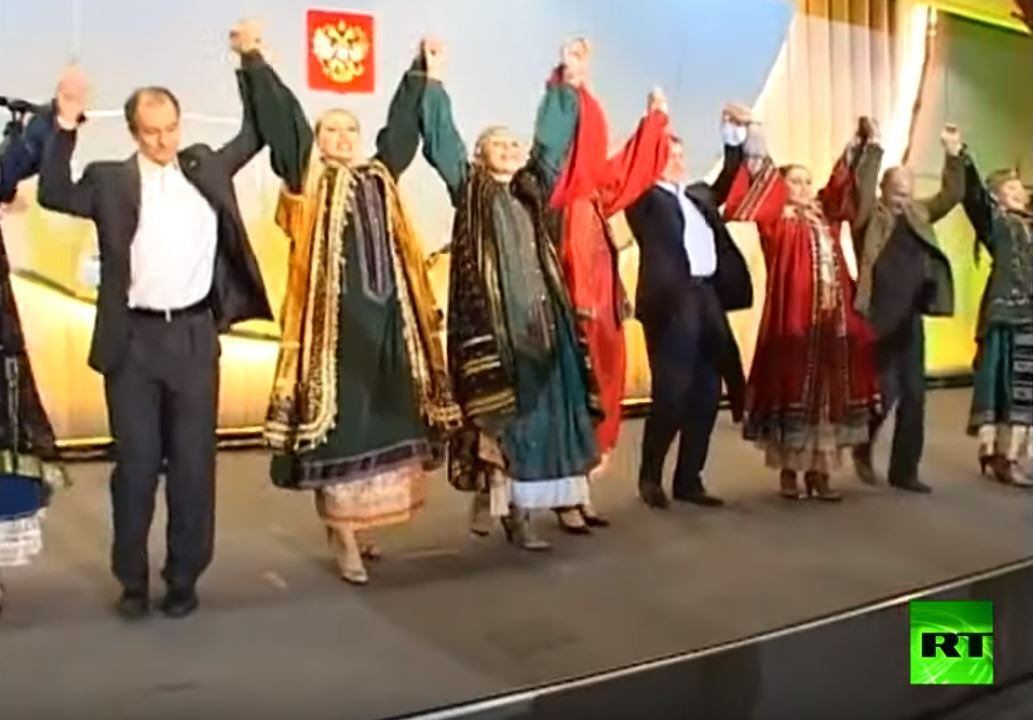 شاهد.. بوتين وبوش الابن يرقصان على أنغام أغنية روسية فولكلورية