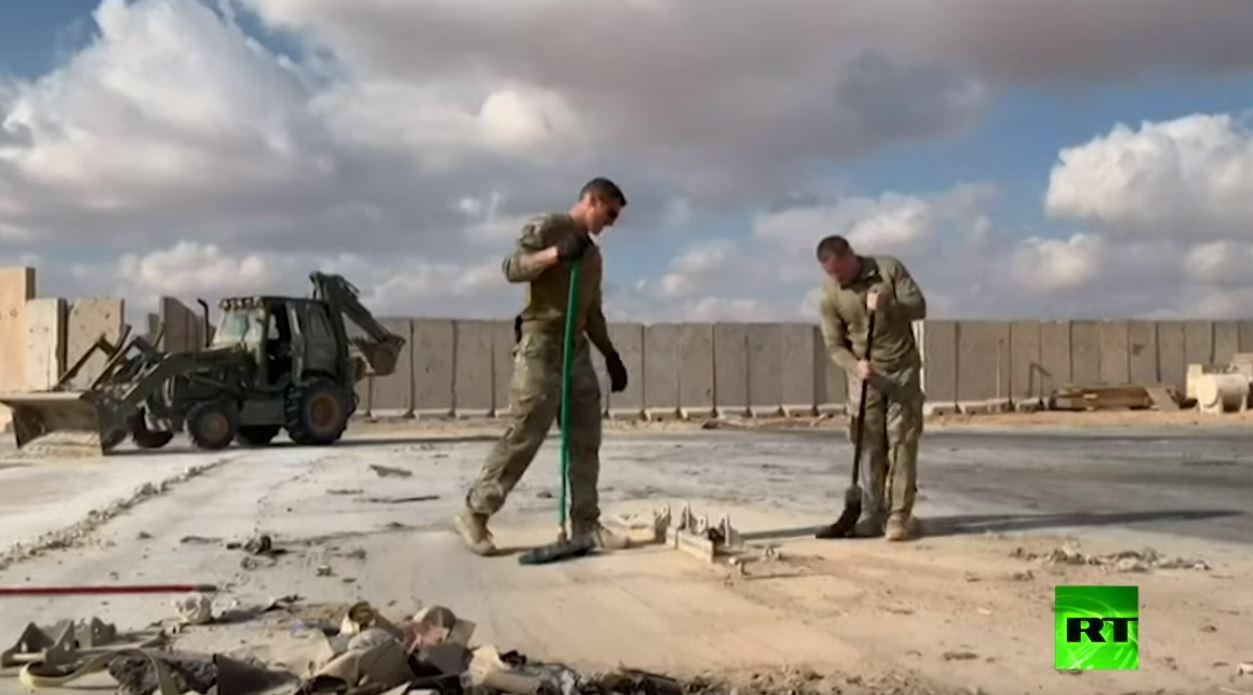 جنود أمريكيون يزيلون الركام إثر القصف الإيراني قاعدة عين الأسد