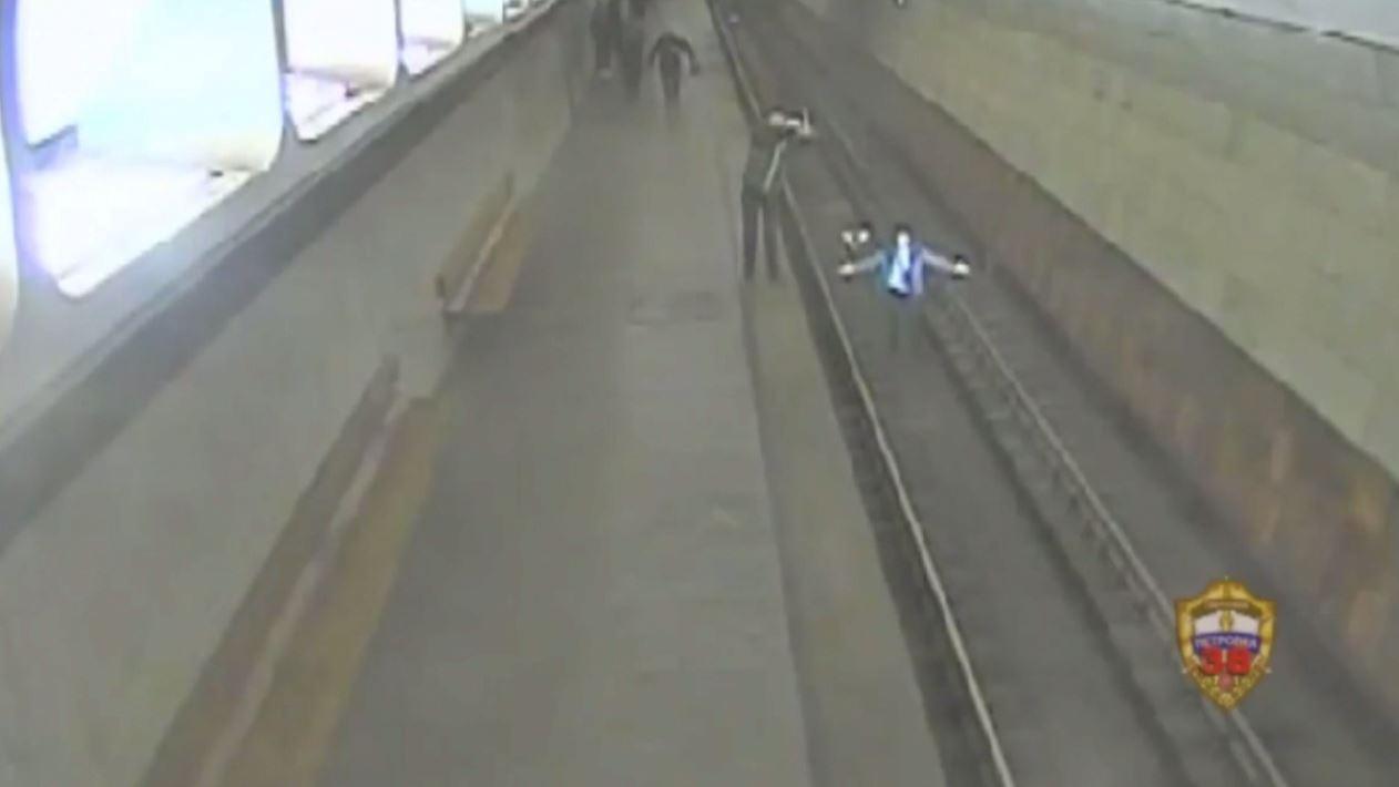 شاهد.. رجل يقفز أمام قطار في مترو أنفاق موسكو