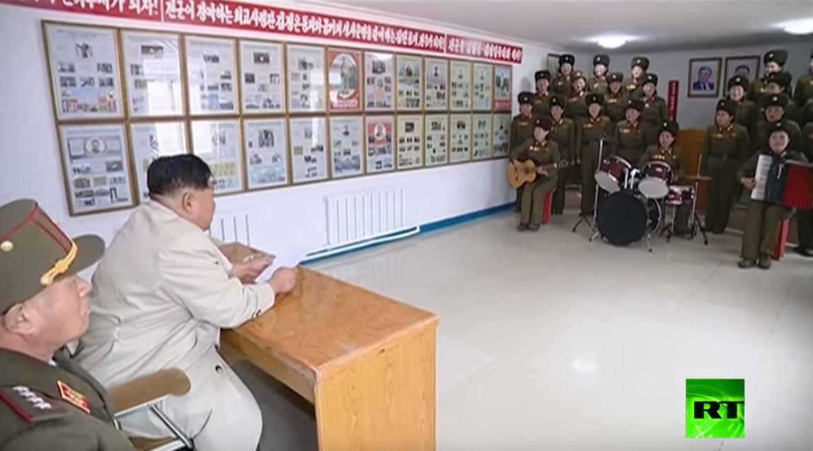 شاهد.. كيم جونغ أون يستمتع بأداء فرقة عسكرية نسائية