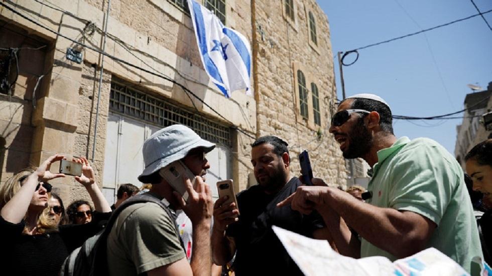 مشجعو فريق كرة قدم إسرائيلي يرفعون شعارا عنصريا بذيئا ضد العرب