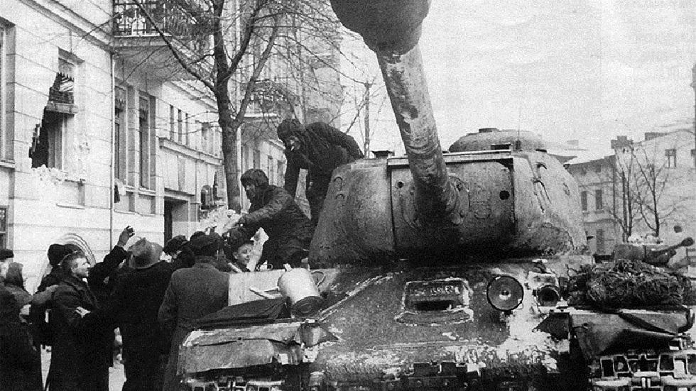 سكان بولندا يحيون الدبابات السوفيتية