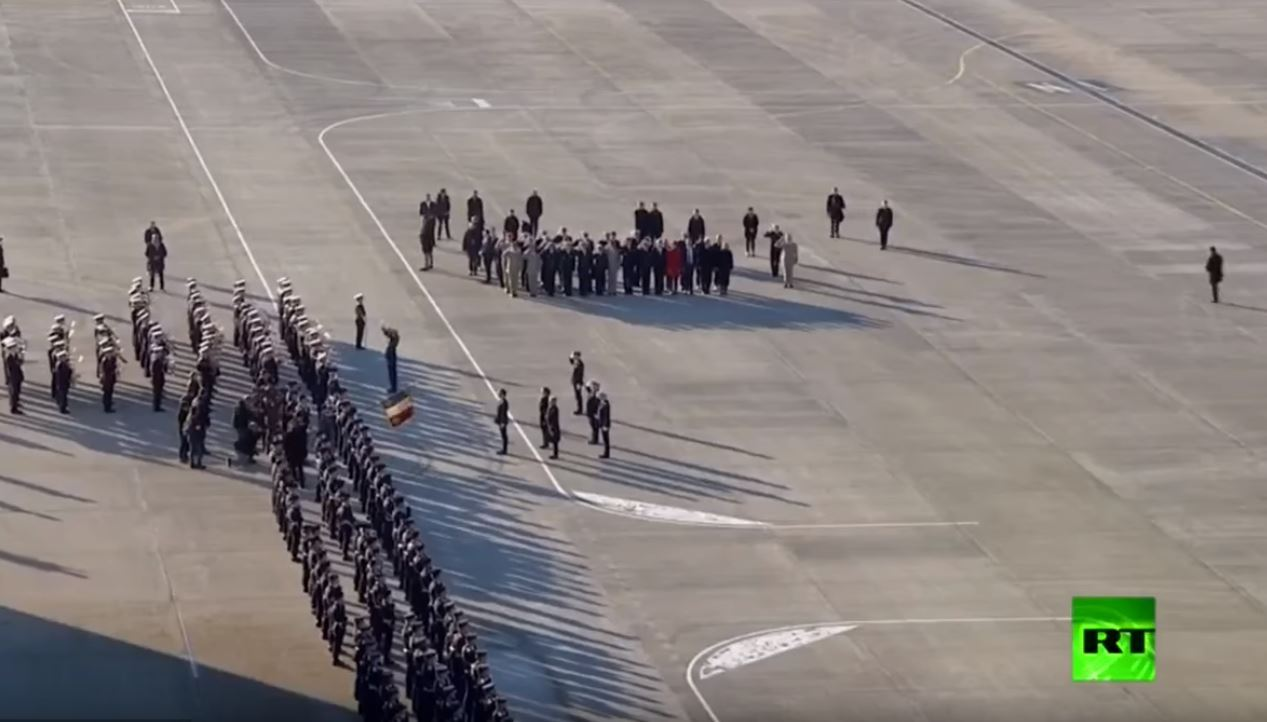 ماكرون يزور القاعدة الجوية