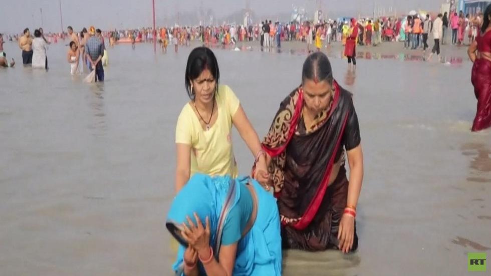 طقوس الغطس المقدس للهندوس في نهر الغانج