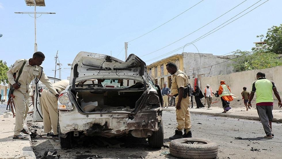 الشرطة تفحص موقع تفجير في العاصمة الصومالية مقديشو (صورة أرشيفية)