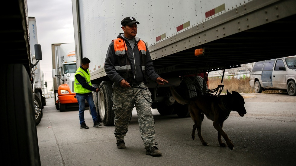 عناصر من الأمن المكسيكي يفتشون إحدى الشاحنات