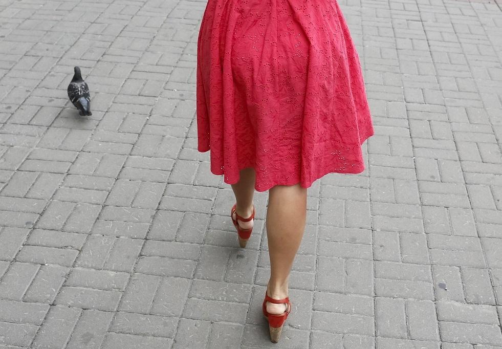 صورة أرشيفية لفتاة تسير وسط كييف