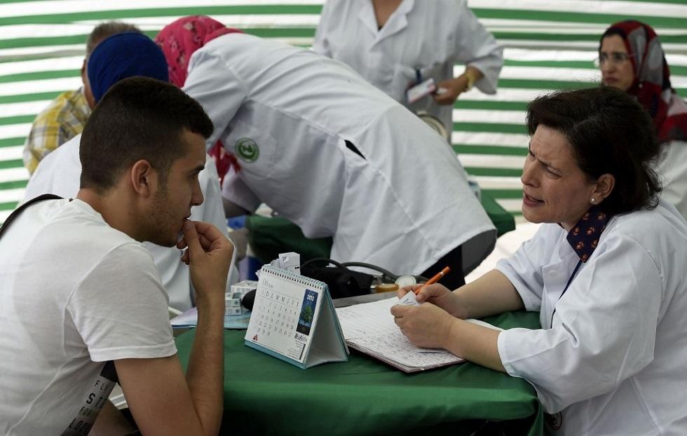 شخص يخضع لفحوص طبية في الجزائر -أرشيف-