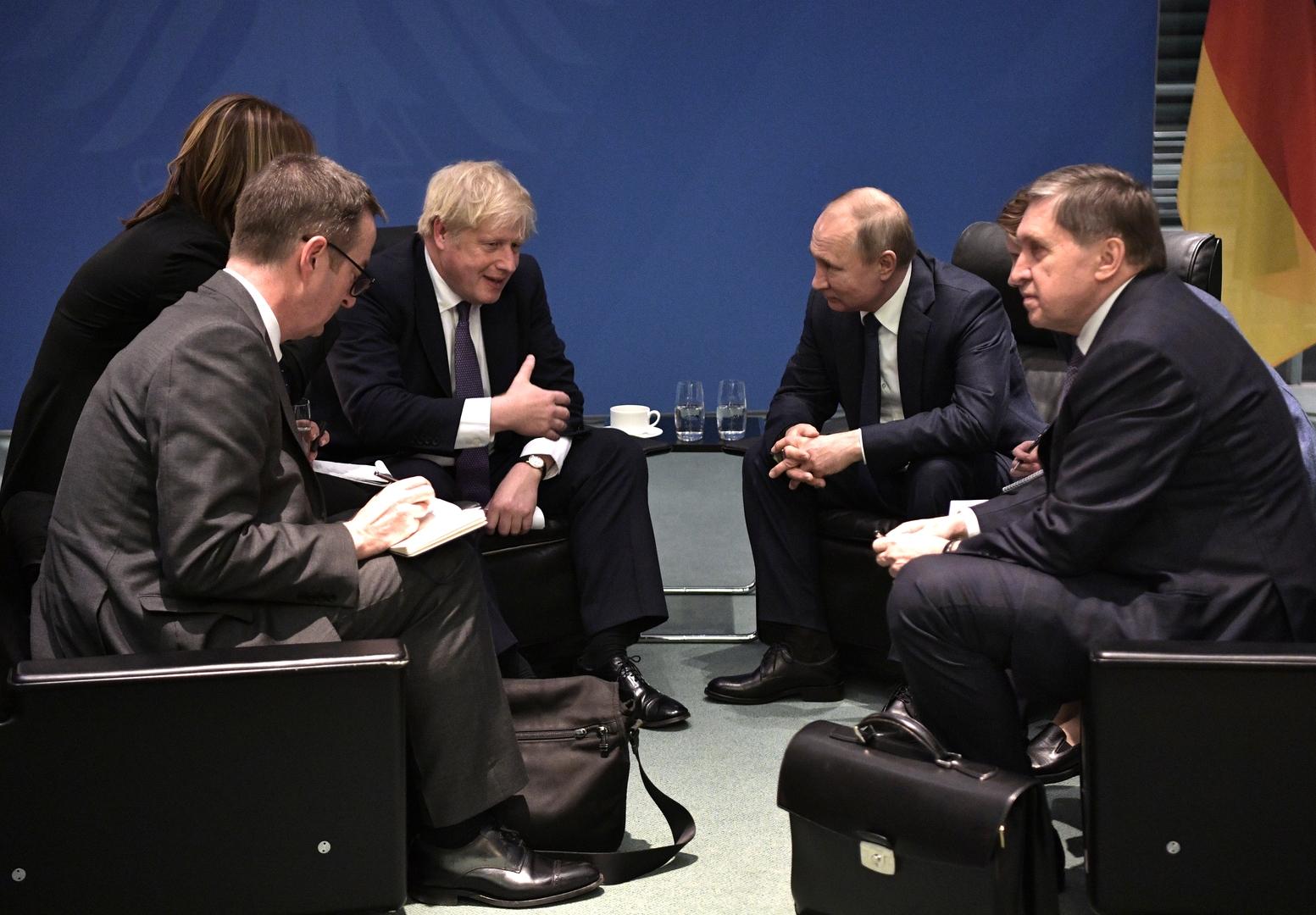 أول لقاء ثنائي يجمع الرئيس الروسي فلاديمير بوتين ورئيس الوزراء البريطاني بوريس جونون على هامش مؤتمر برليمن حول ليبان