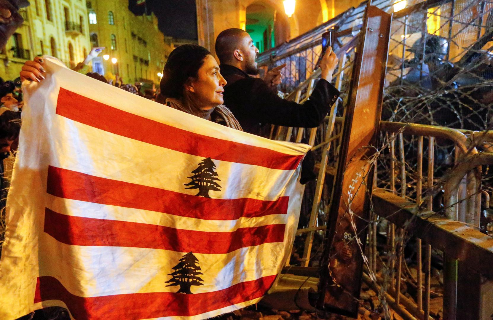 جانب من الاحتجاجات المطالبة برحيل النخبة السياسية الحاكمة في لبنان