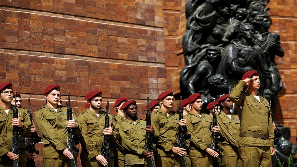 """جنود إسرائيليون أثناء مراسم إحياء ذكرى اليوم العالمي للمحرقة في متحف """"ياد فاشيم"""" بالقدس (صورة أرشيفية)"""