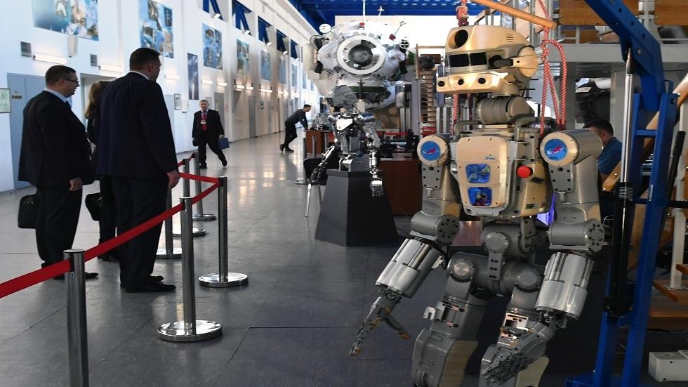 روبوت على هيئة إنسان يقود مركبة فضائية هندية غير مأهولة