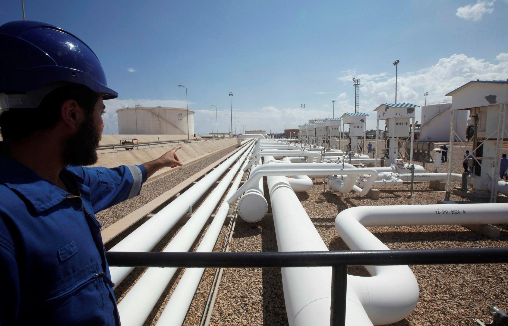 النفط يصعد بعد تعطل إنتاج ليبيا