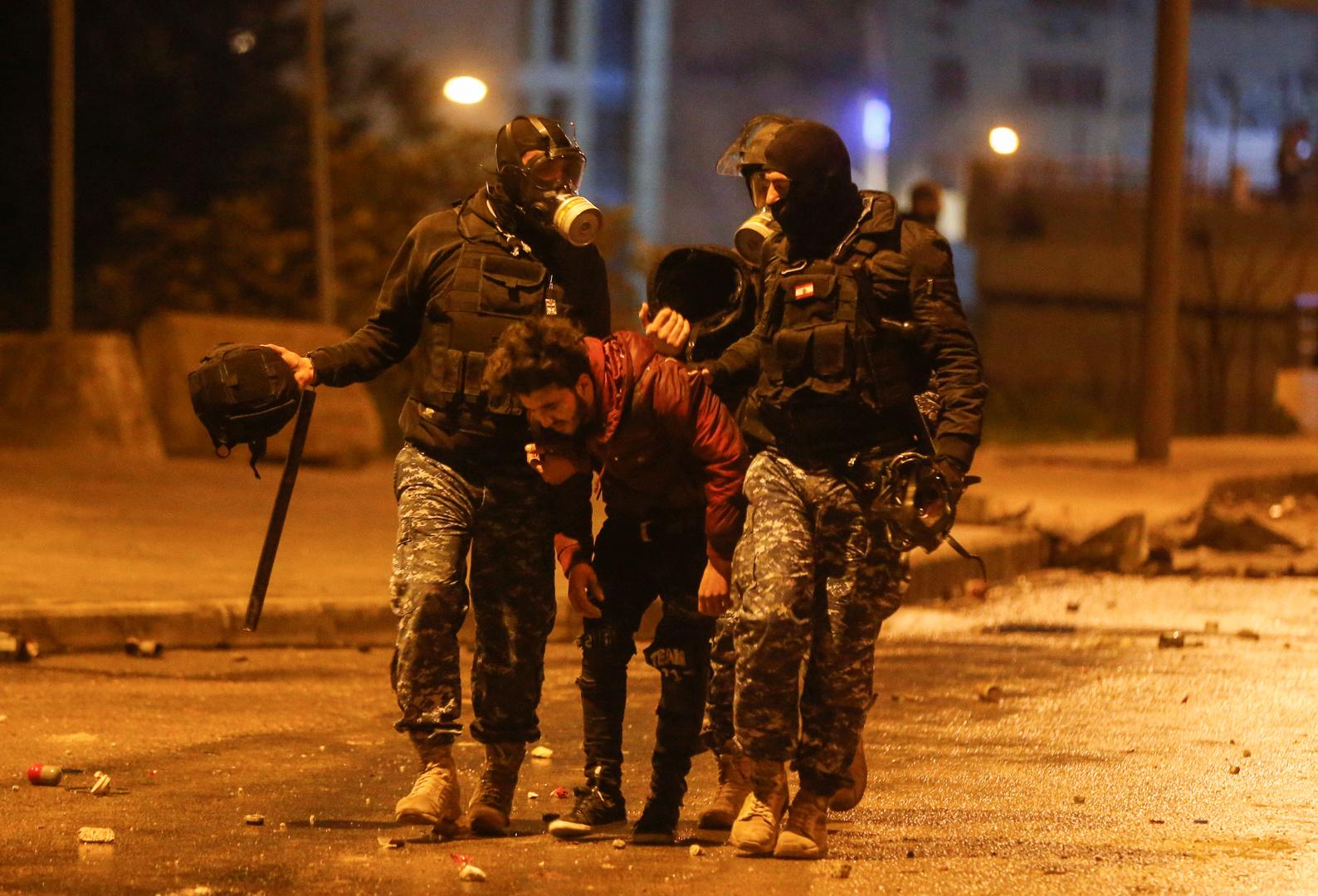 قوى الأمن الداخلي في لبنان تعتقل أحد المحتجين
