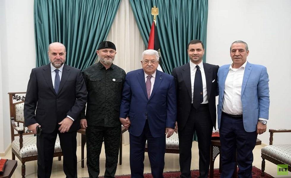 الرئيس الفلسطيني محمود عباس ومستشار الرئيس الشيشاني