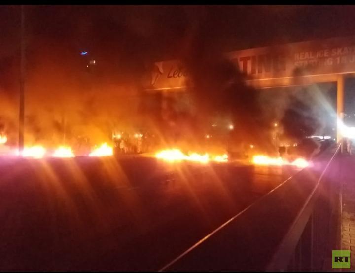 مراسلنا: المحتجون يقطعون الطريق بين لبنان وسوريا في منطقة البقاع الأوسط