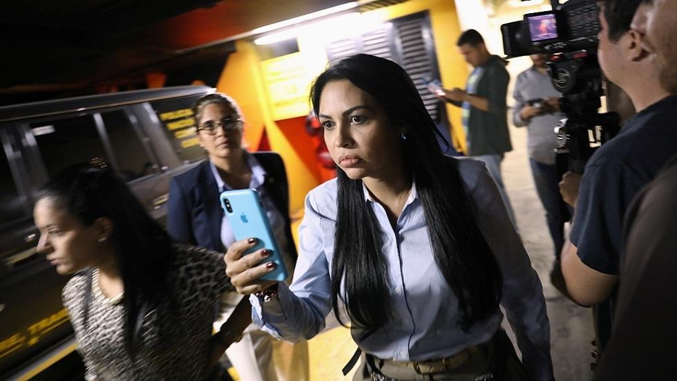 النائبة الفنزويلية المعارضة ديلسا سولورزانو توثق دخول عناصر من الاستخبارات مبنى يحتوي على مكاتب زعيم المعارضة خوان غوايدو