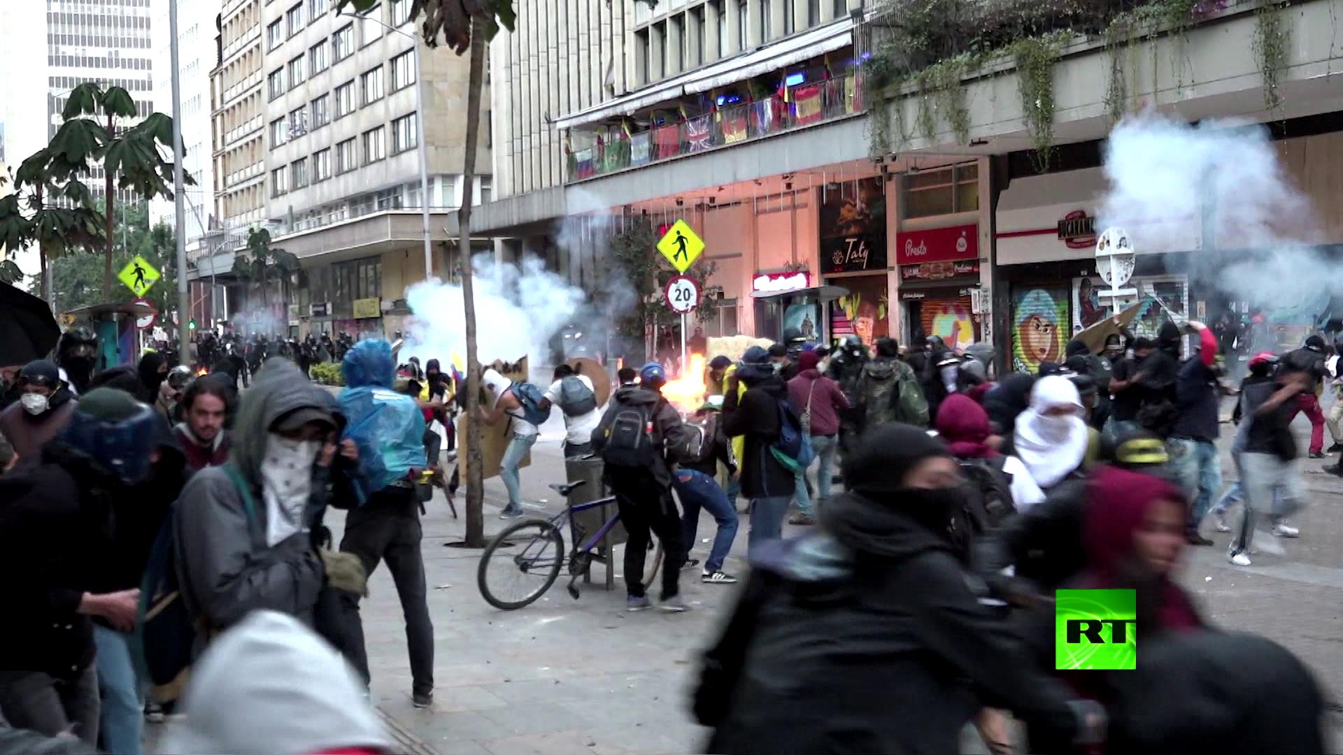 اشتباكات بين متظاهرين وعناصر مكافحة الشغب في بوغوتا