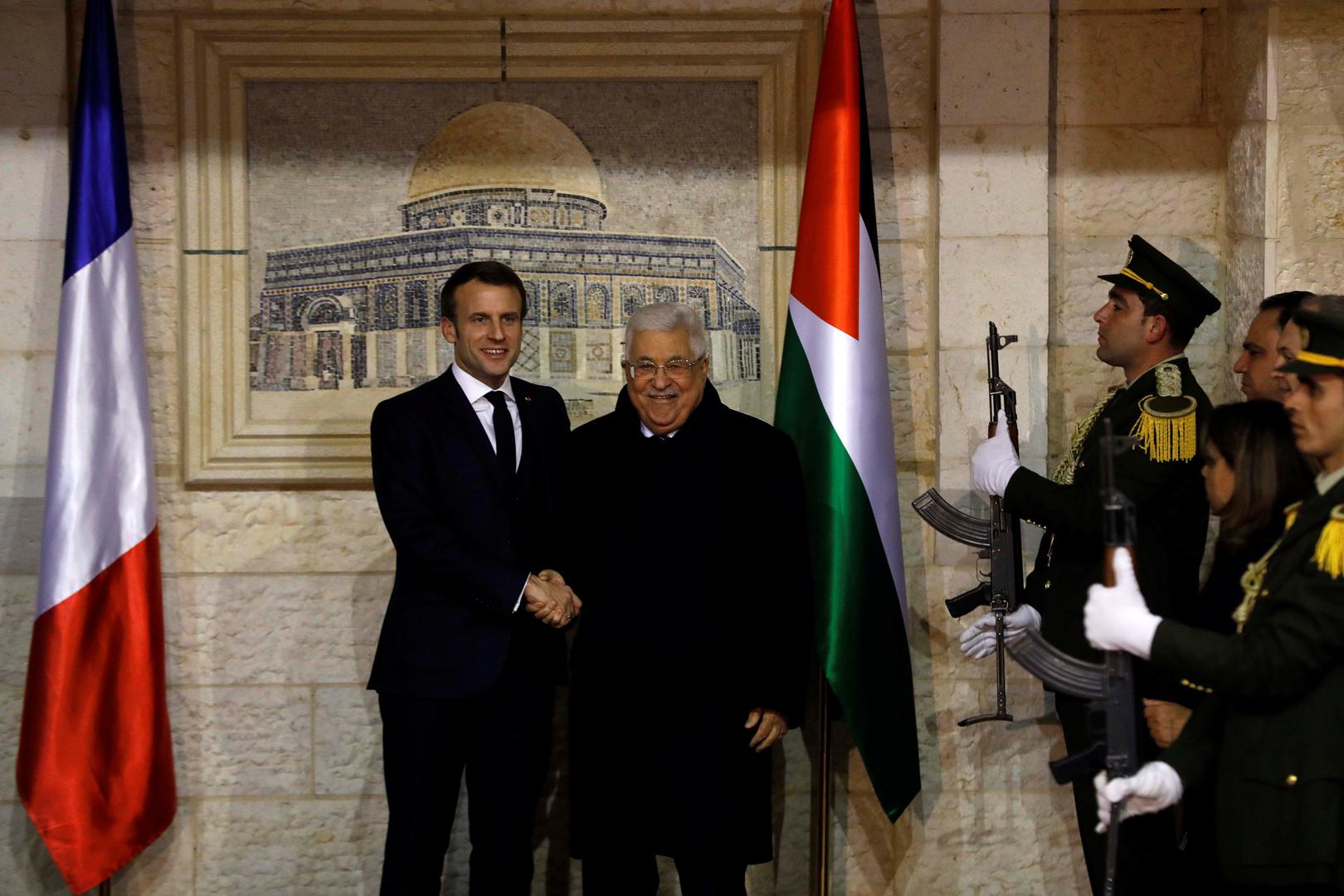 الرئيس الفلسطيني محمود عباس ونظيره الفرنسي إيمانويل ماكرون في مقر الرئاسة الفلسطينية