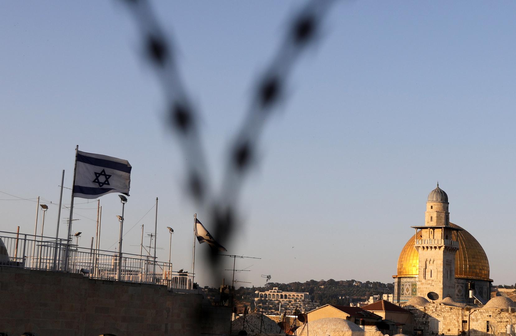بالصور.. إضرام النار وتدنيس مسجد في القدس الشرقية