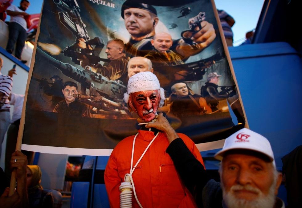 أحد أنصار أردوغان يحتفل في ذكرى الانقلاب