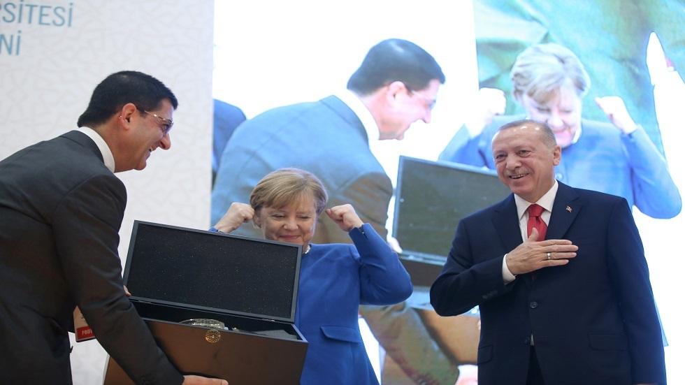 أردوغان يقدم هدية لميركل