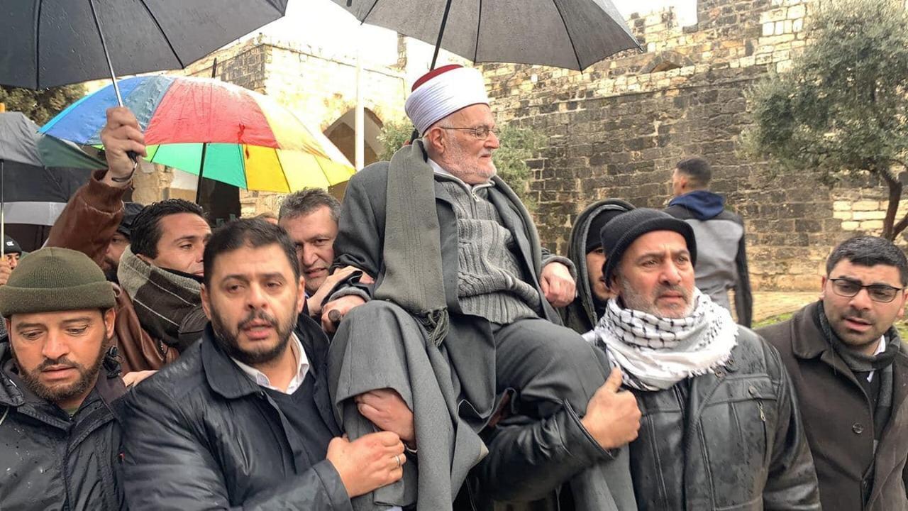 موقف تحد .. خطيب المسجد الأقصى يدخله على أكتاف المصلين
