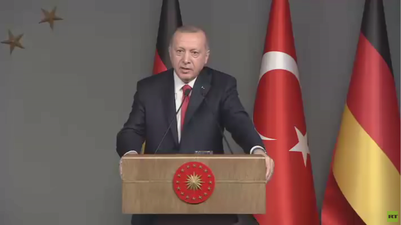 أردوغان: مصر والإمارات تدعمان حفتر بالسلاح