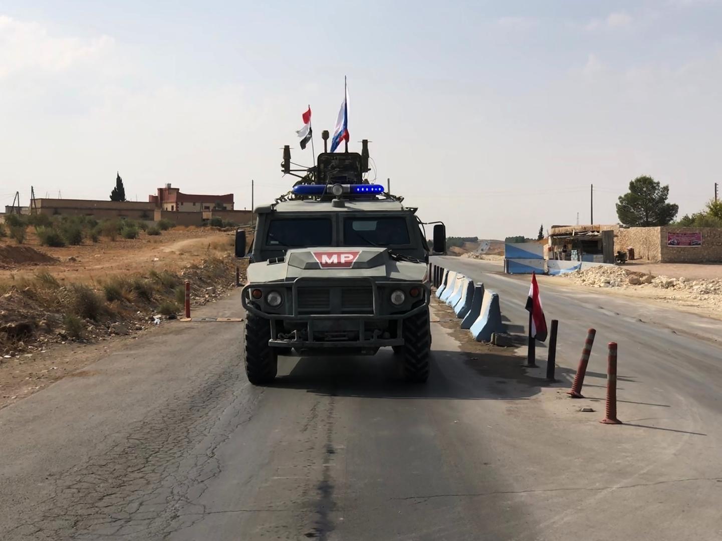 عربة عسكرية تابعة للقوات الروسية قرب مدينة منبج السورية
