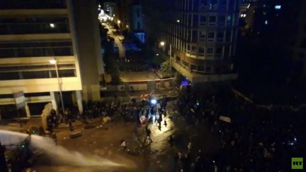 الجيش اللبناني يتدخل لمنع المحتجين من اقتحام مقر الحكومة في بيروت
