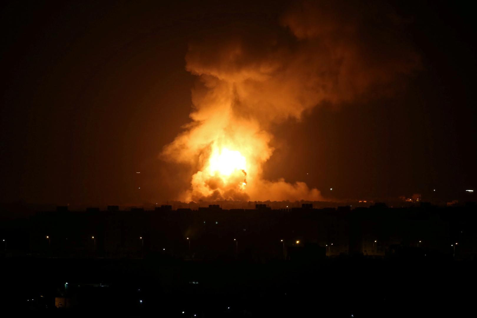 أعمدة دخان وألسنة نيران تتصاعد من موقع غارة للجيش الإسرائيلي في قطاع غزة