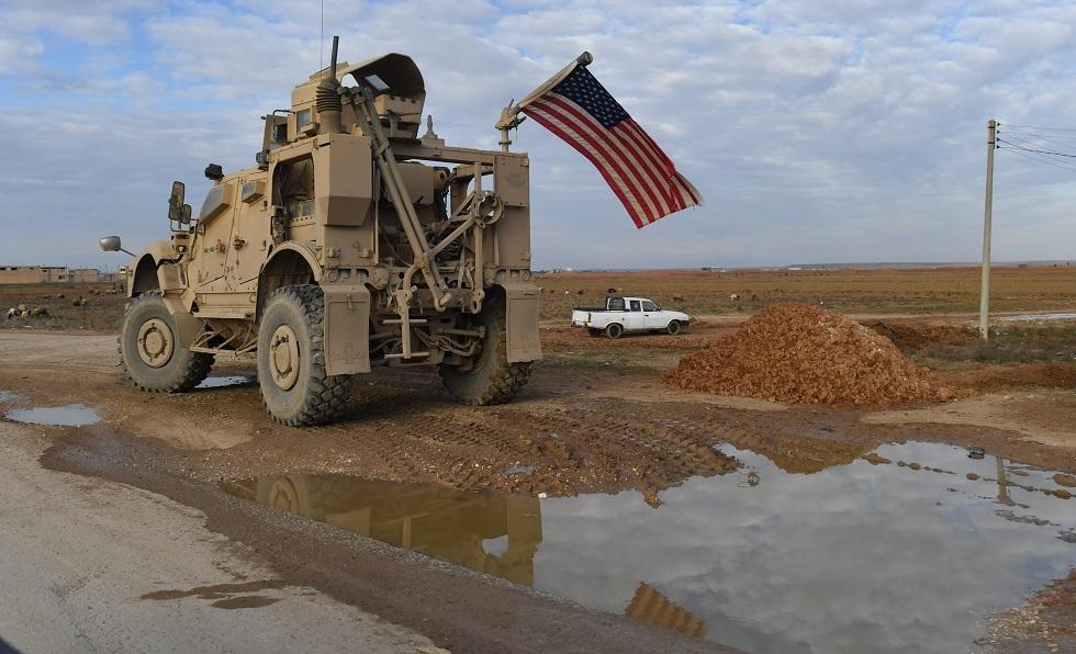 دورية عسكرية أمريكية متوقفة على الطريق من الرقة إلى الحسكة، سوريا