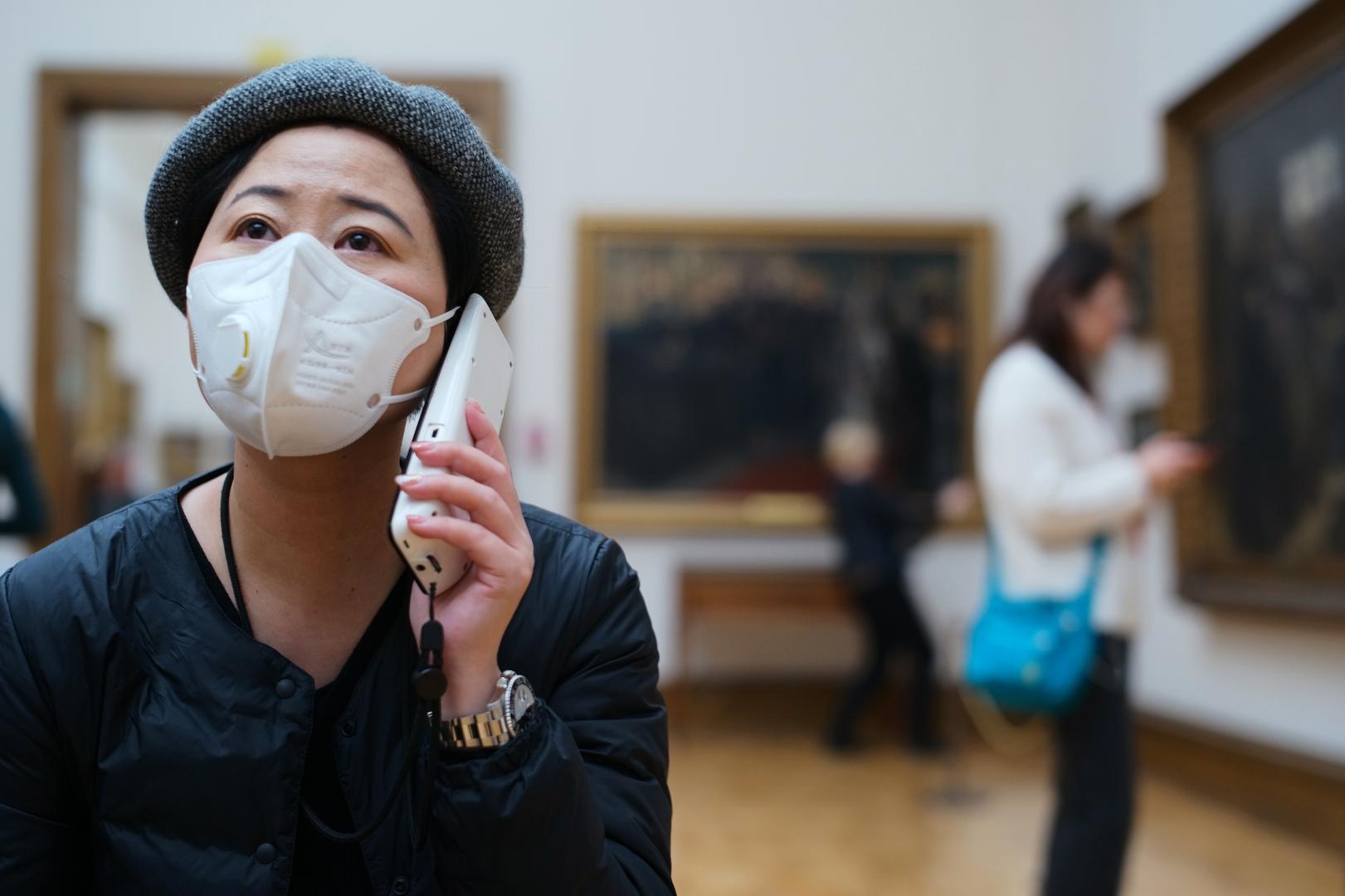 سائحة صينية في أحد متاحف موسكو