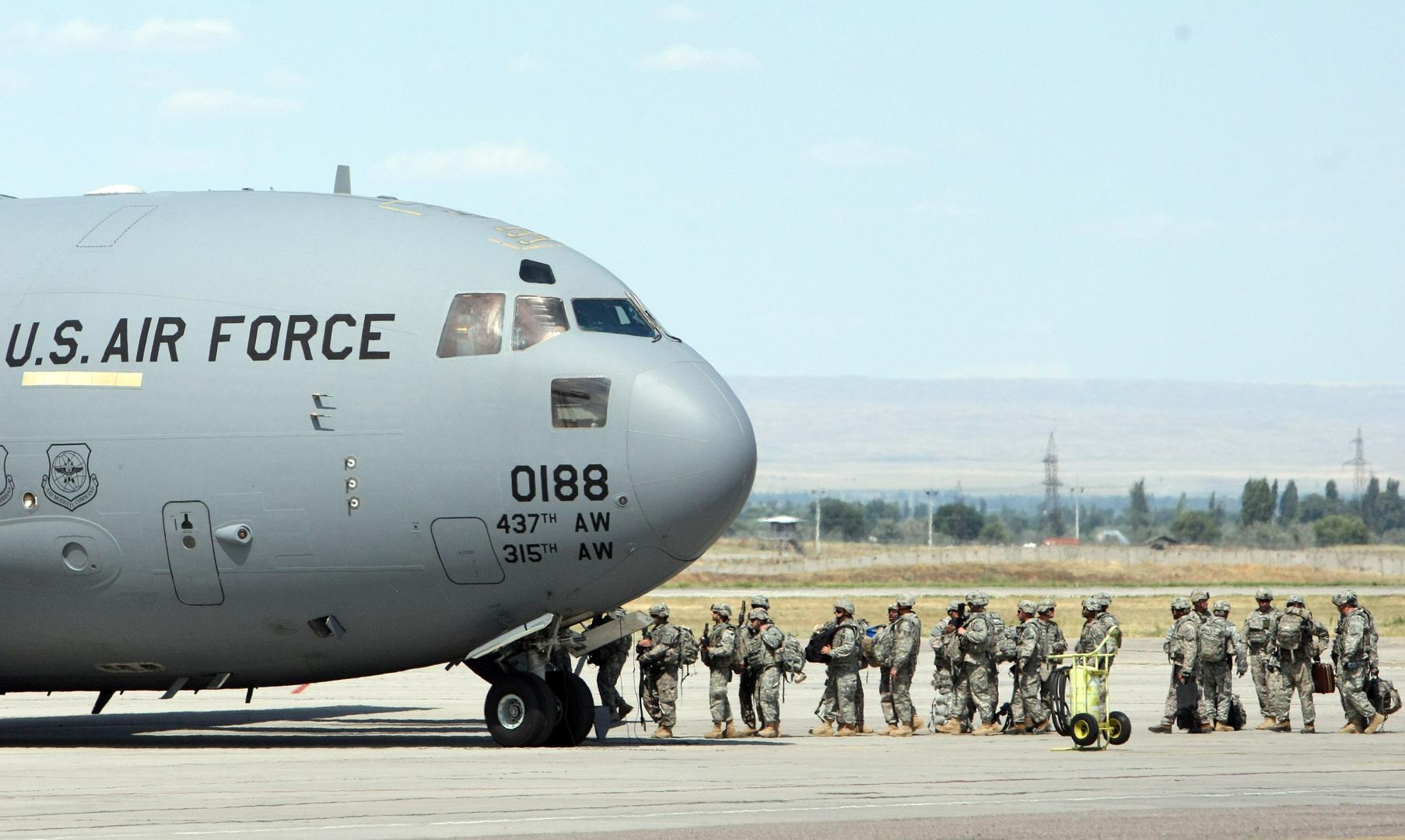 عسكريون أمريكيون يركبون طائرة تنقلهم إلى أفغانستان (أرشيف).