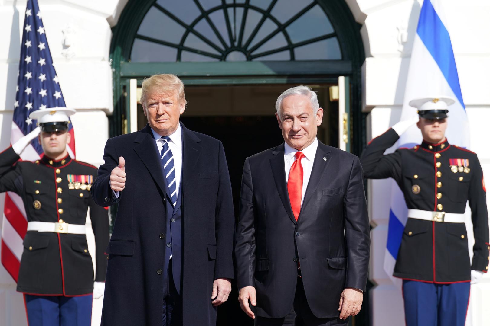الرئيس الأمريكي، دونالد ترامب، خلال استقباله في البيت الأبيض رئيس حكومة تصريف الأعمال الإسرائيلية، بنيامين نتنياهو (27 يناير 2020).