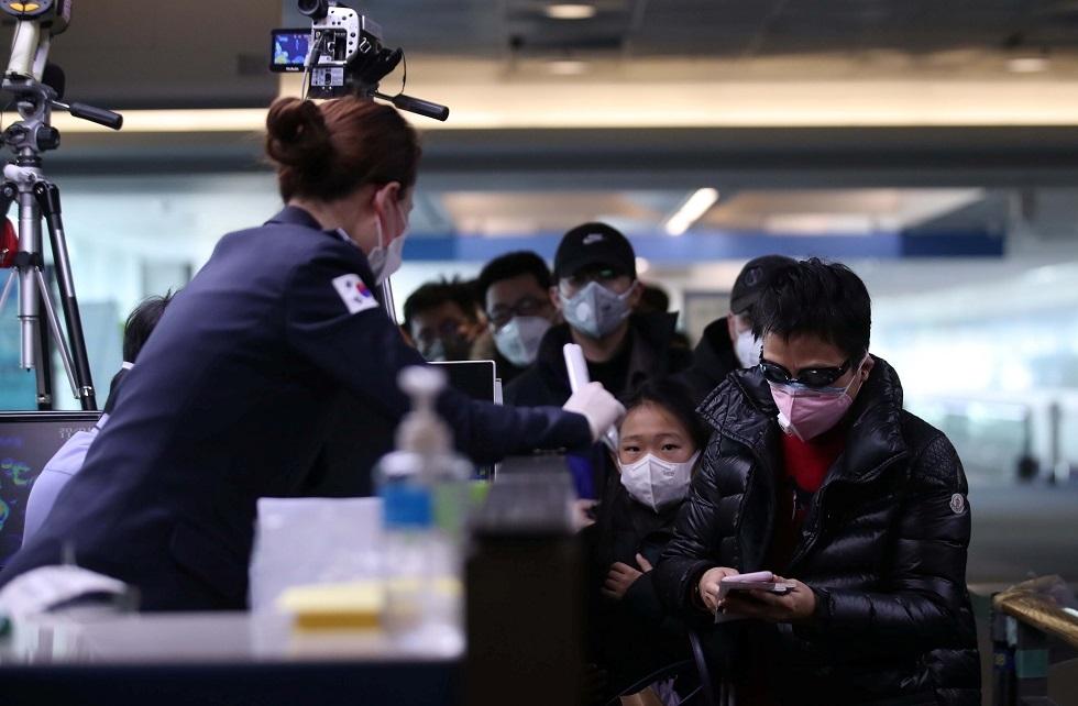 مواطنون صينيون يرتدون أقنعة للحماية من فيروس كورونا
