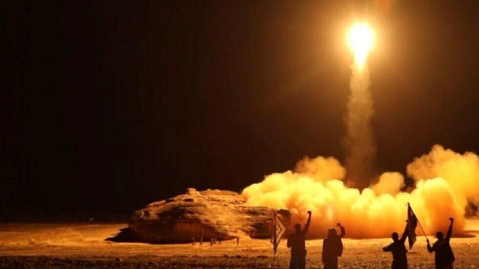 قوات الحوثيون تطلق صاروخا باليستيا (أرشيف)