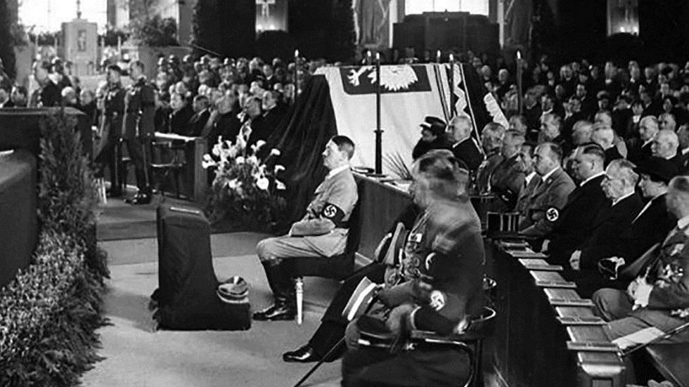 هتلر يحضر قداسا جنائزيا للمارشال بيلسودسكي في برلين