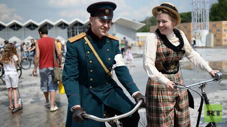 هاوي دراجات روسي يملك 800 دراجة تاريخية