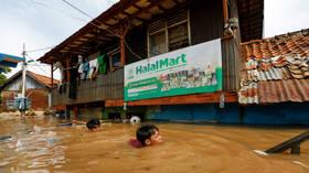 مقتل 9 أشخاص على الأقل في انهيار جسر للمشاة على نهر في إندونيسيا
