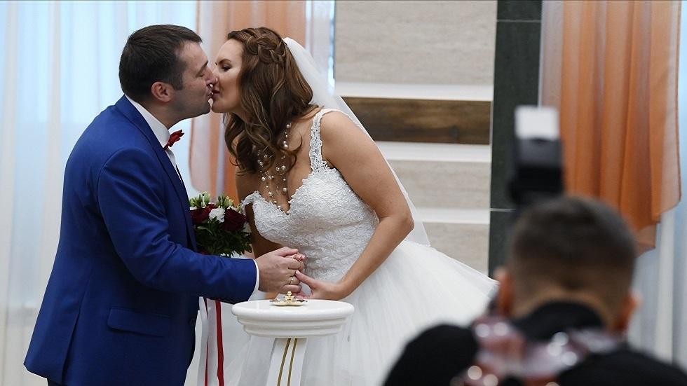 يوم الأحد السعيد.. يدفع بالعرسان للزواج بكثرة في موسكو (صور)