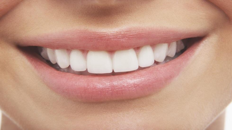عادات يومية شائعة تضر بشكل غير متوقع بالأسنان