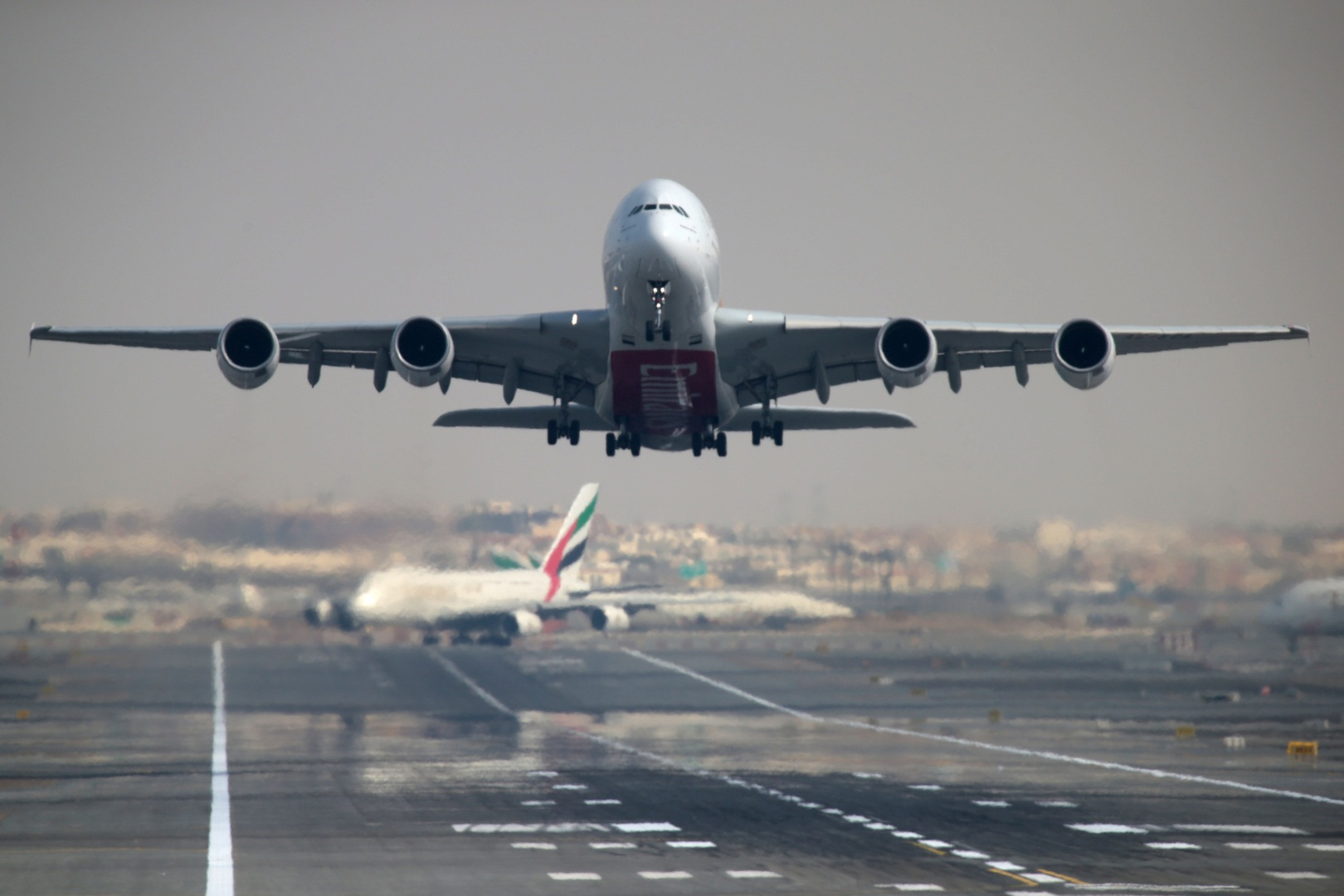 مطار دبي يسجل أول تراجع سنوي