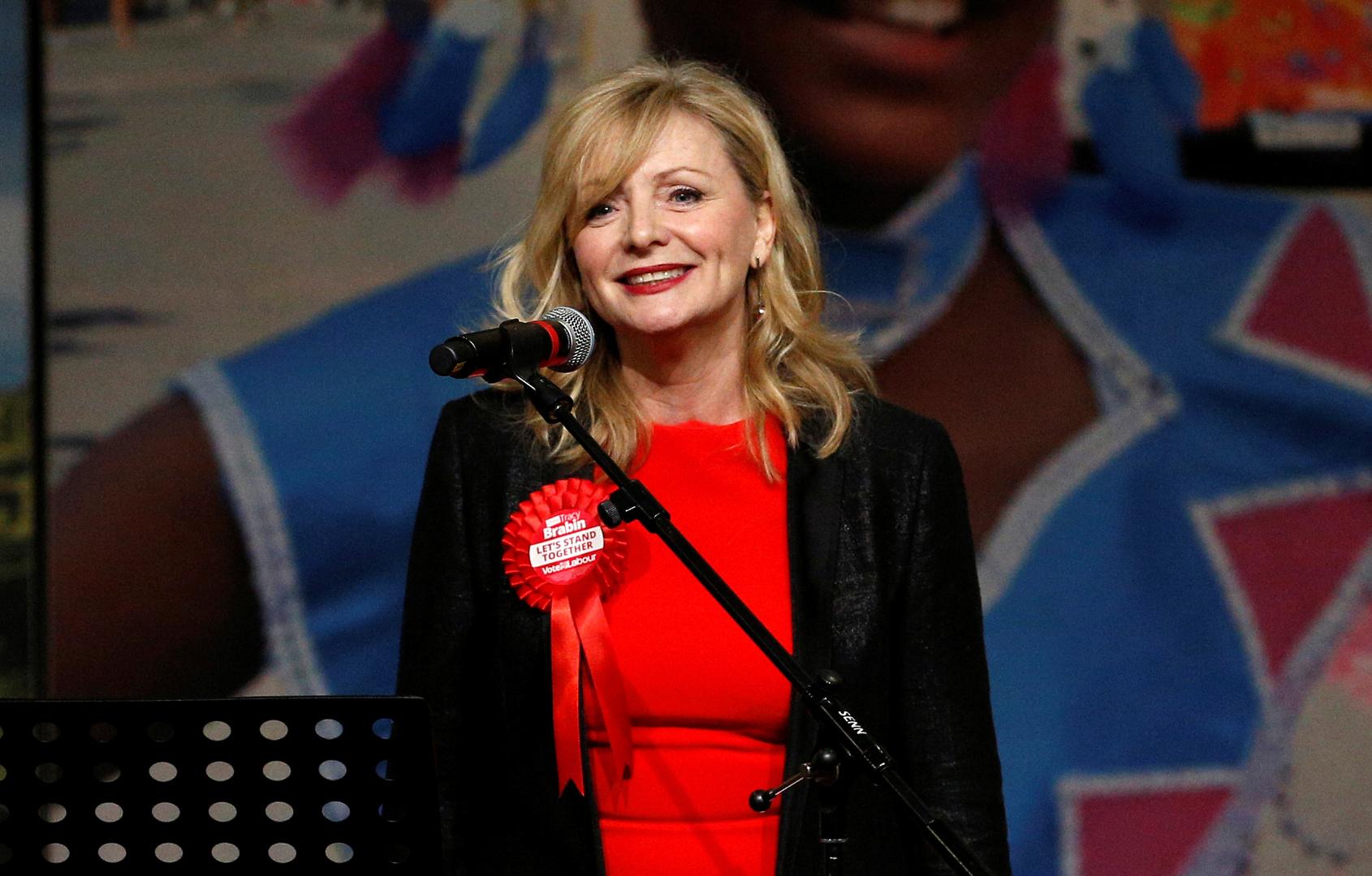 وزيرة الثقافة البريطانية تثير جدلا بفستانها داخل المجلس