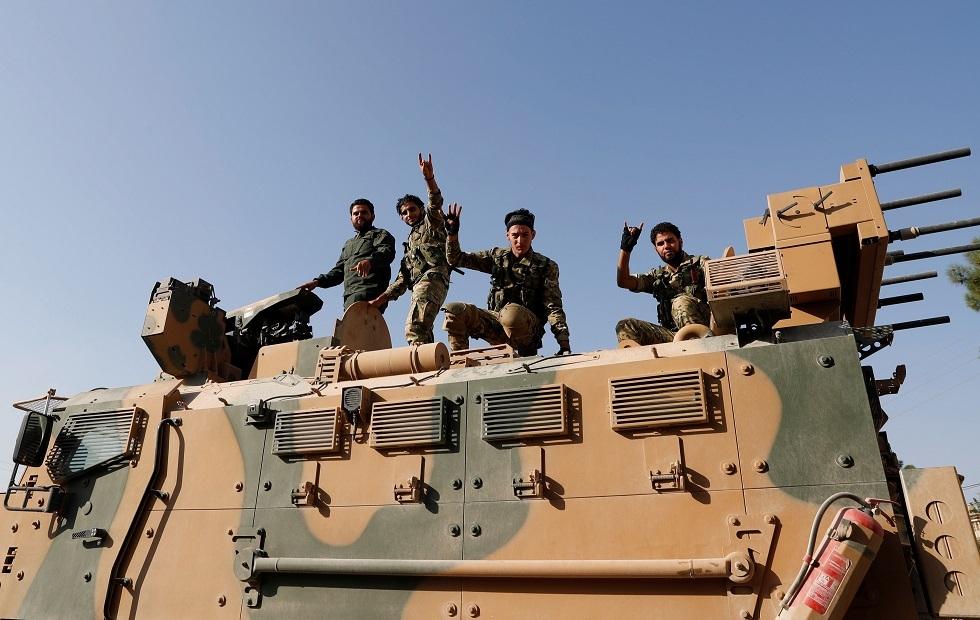 عناصر من المعارضة السورية المسلحة على متن مدرعة تركية، بلدة سيلينبار الحدودية التركية، 11 أكتوبر 2019