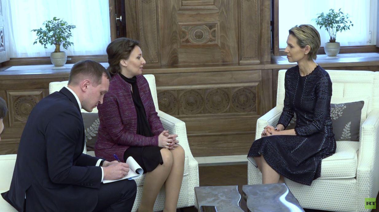 شاهد.. لقاء مفوضة حقوق الأطفال في روسيا مع أسماء الأسد